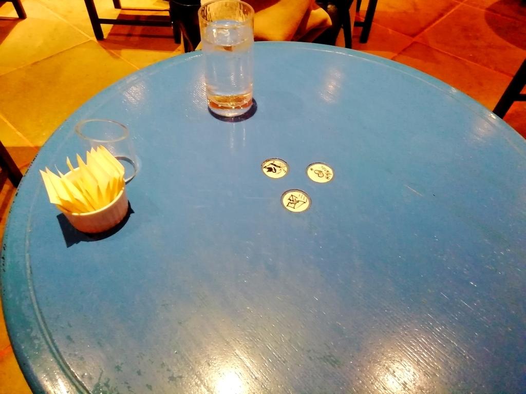 青いテーブル席には温かみのある陶器(?)の装飾が埋め込まれている。