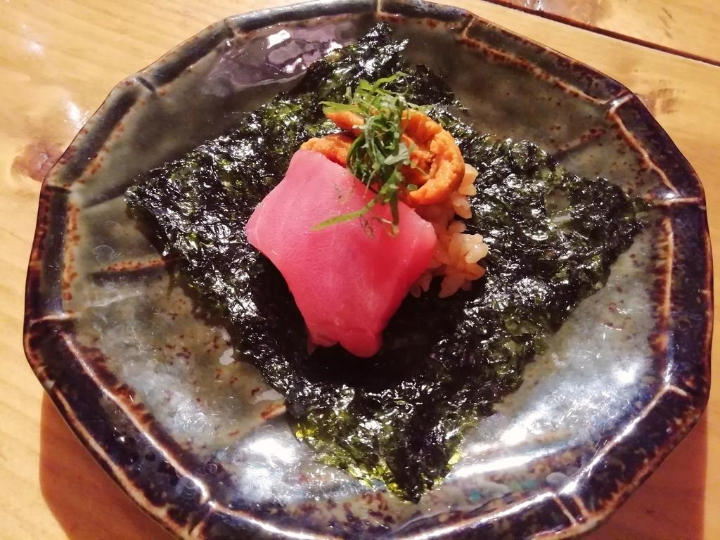 生ウニとマグロ頬肉の一口手巻き600円
