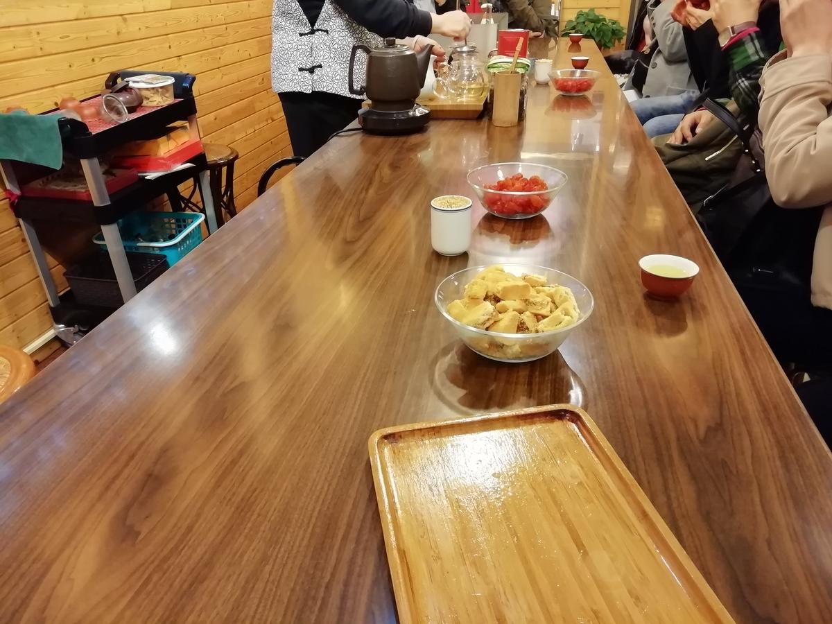 テーブルでみんな揃って台湾茶の試飲を堪能。