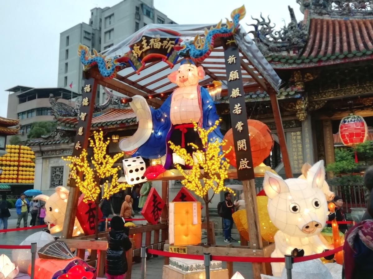 龍山寺の装飾もしかり