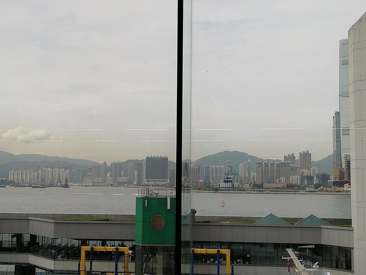 香港島側からのぞむ大陸側。曇り。