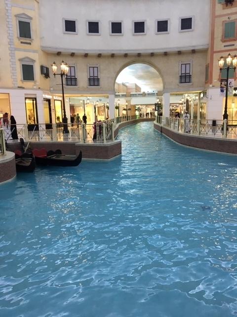 カタールのショッピングモール内の運河