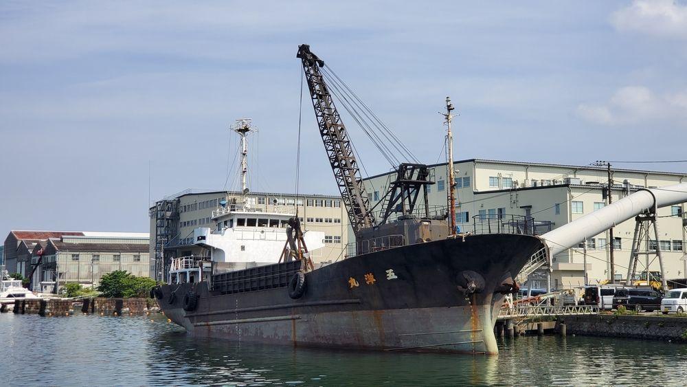 砂利や石材を運搬する船