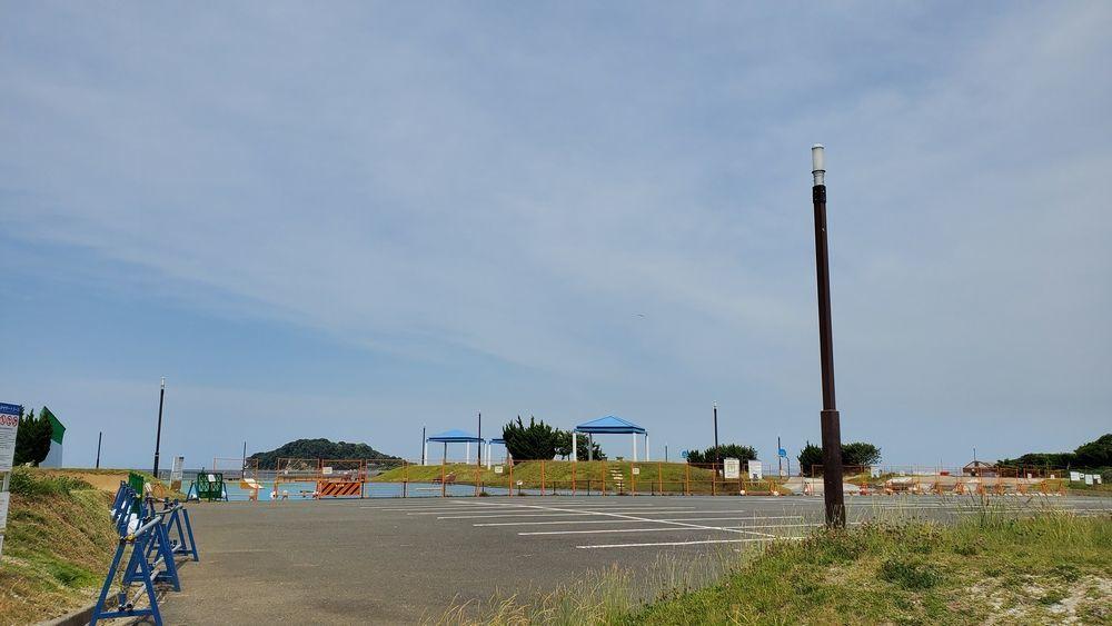 封鎖中の駐車場とスポーツ広場