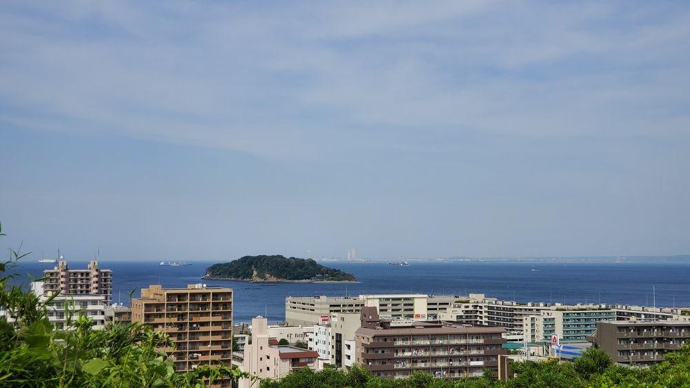 中央公園から見た猿島や横須賀の街