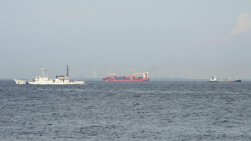 東京湾を通る船