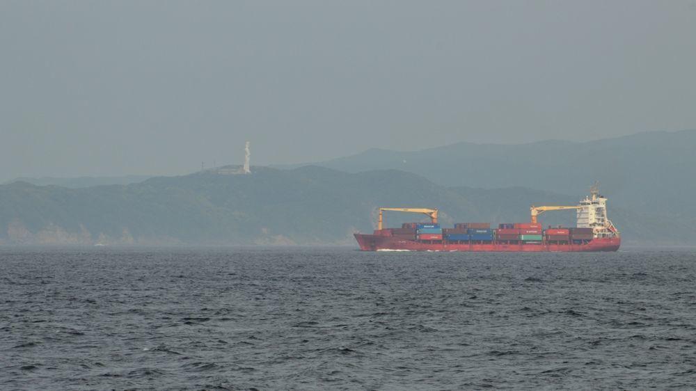 東京湾を通る船と房総半島