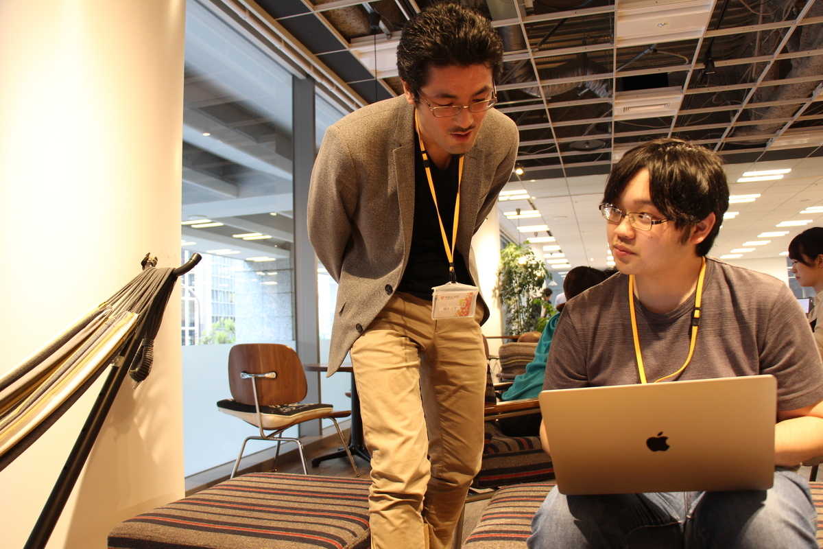 バックエンド研修講師 岡田(左)と2019新卒 大石(右)