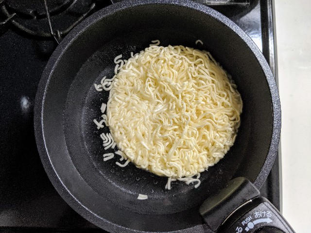 水が沸騰したら火をとめ、麺全体をお湯の中に入れます