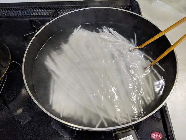 沸騰したお湯で10分間茹でます