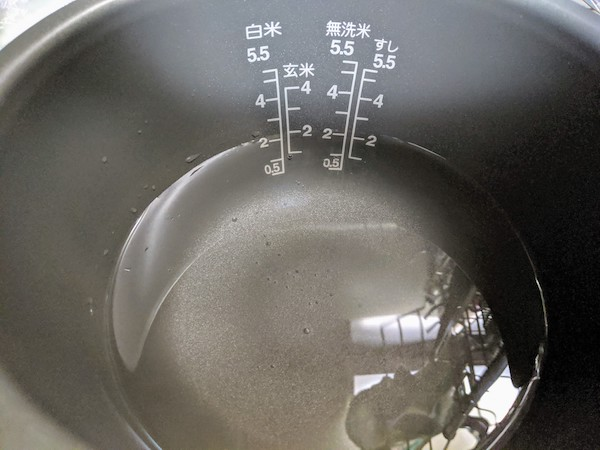 炊飯器の2合目まで水を入れます