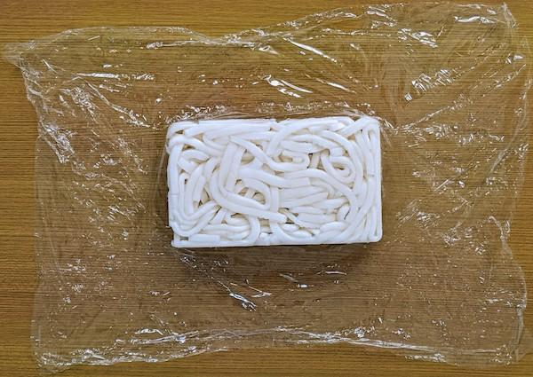 冷凍うどんの一つ一つはラップで包装されています。