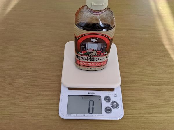 ソースを容器ごと測りに乗せた状態でメモリを0にします