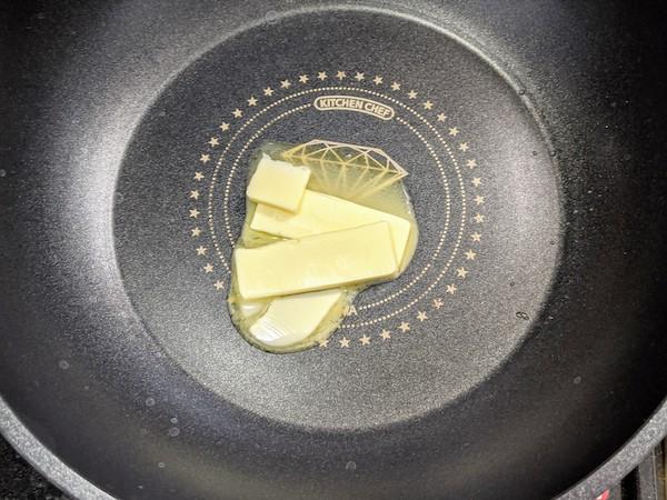フライパンで無塩バターを溶かします