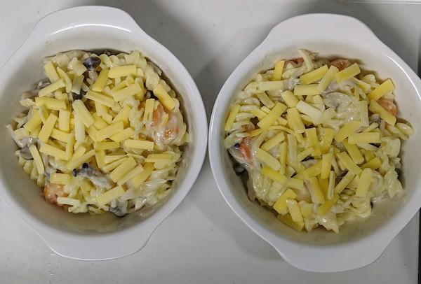 耐熱皿の具材にチーズをかけます
