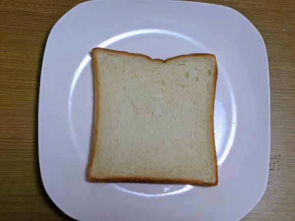 減塩食パンを1枚だけお皿に出してみました