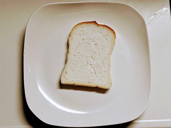 一般的な食パンに比べてひと回り小さめ