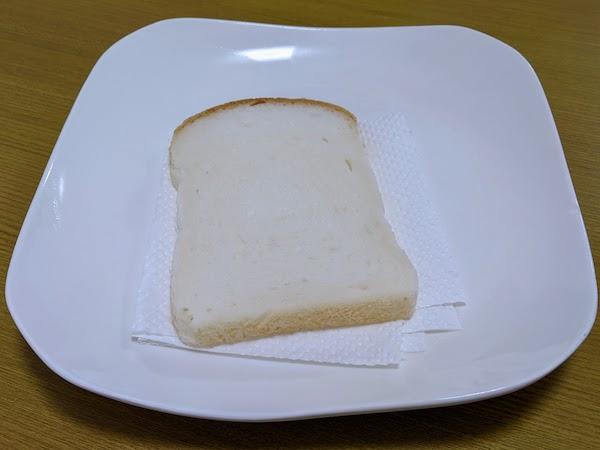 食パンを解凍するときは下にキッチンペーパーを引きます