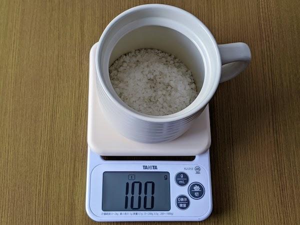 炊飯マグに低たんぱく米100gを入れます