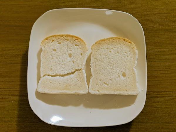 小さめの食パンが2枚入っています