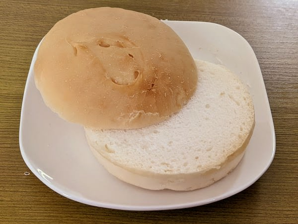 自分でバーガーパンを半分に切ります