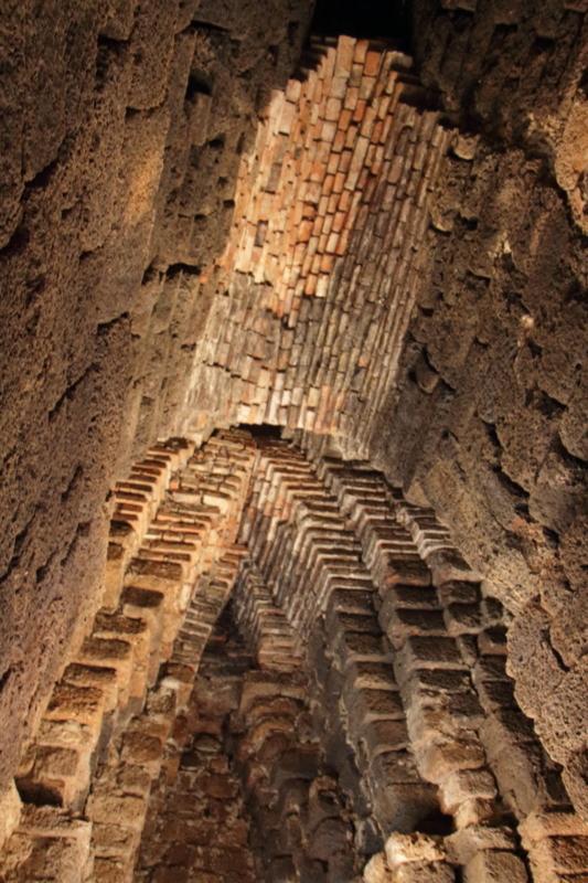 塔内の天井
