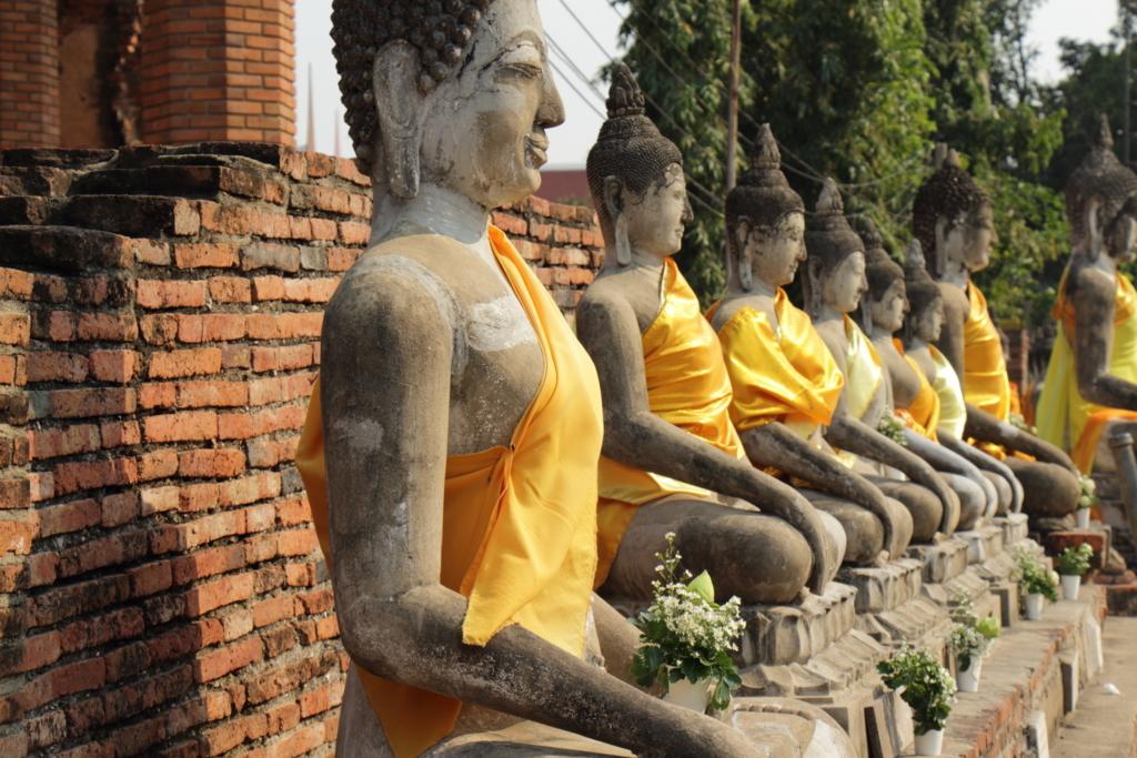 並ぶ仏坐像