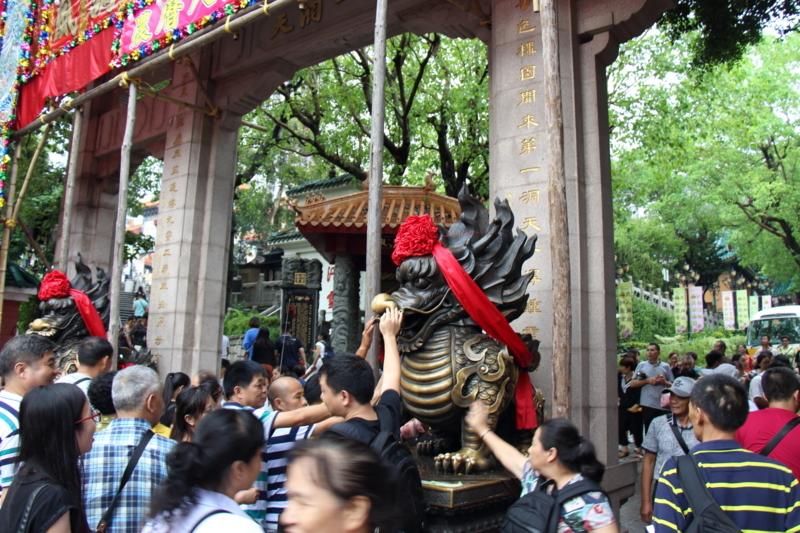 仏像を触る人々