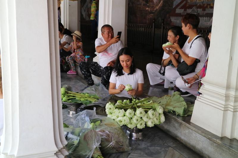 花の飾りを作る人達