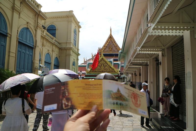 チケットと寺院入り口