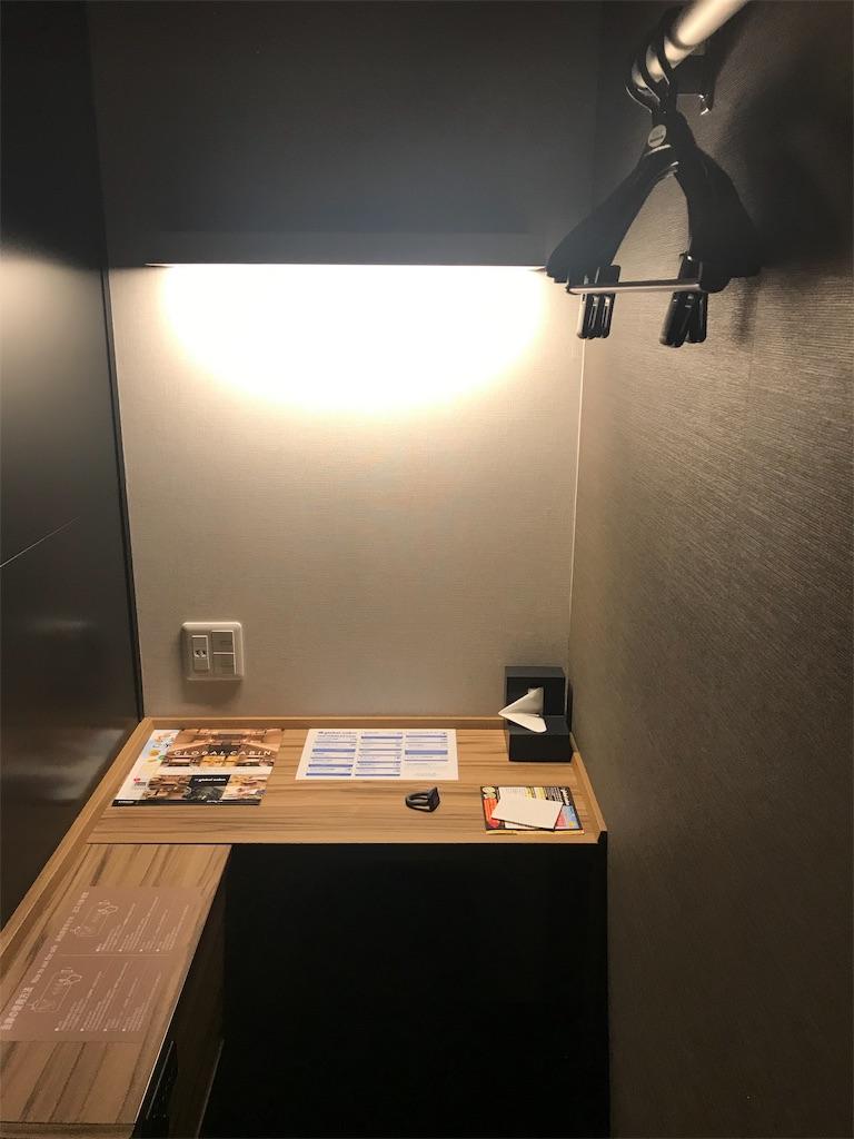 カプセルブースの机と椅子