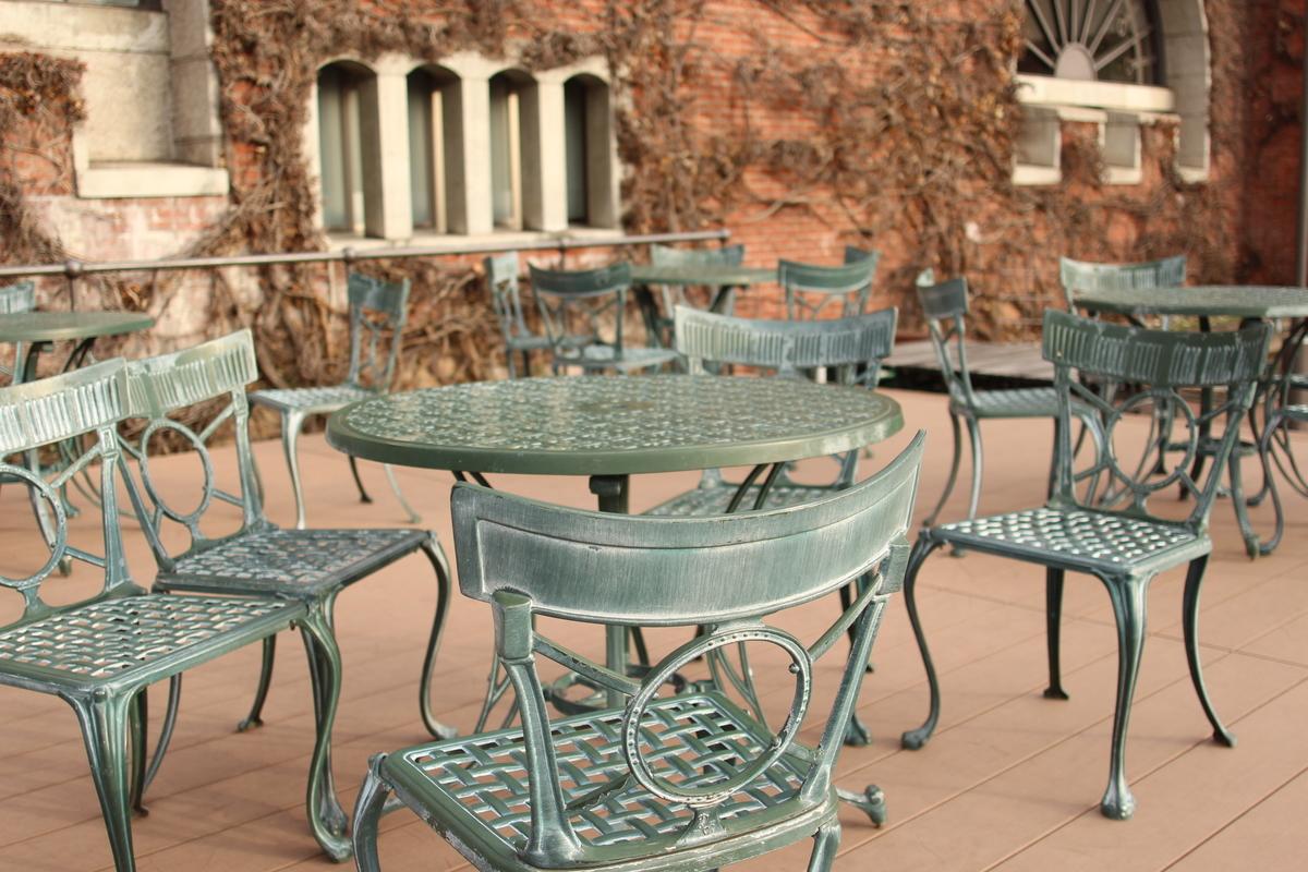倉敷アイビースクエアの広場の椅子・テーブル
