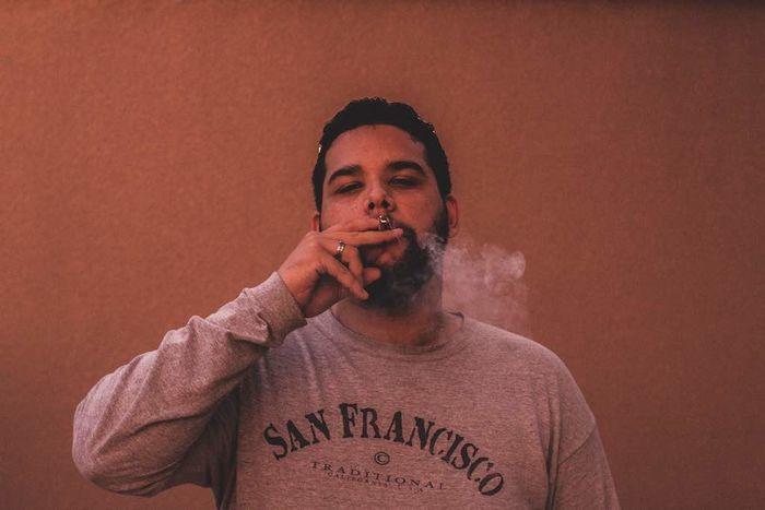大麻を吸う男