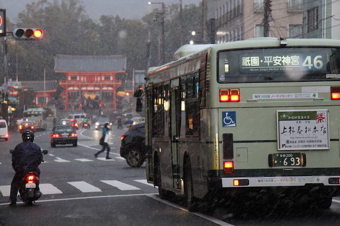 雪景色の京都街並み