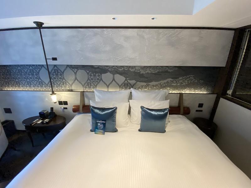 京都悠洛ホテルMギャラリーのキングサイズのベッド