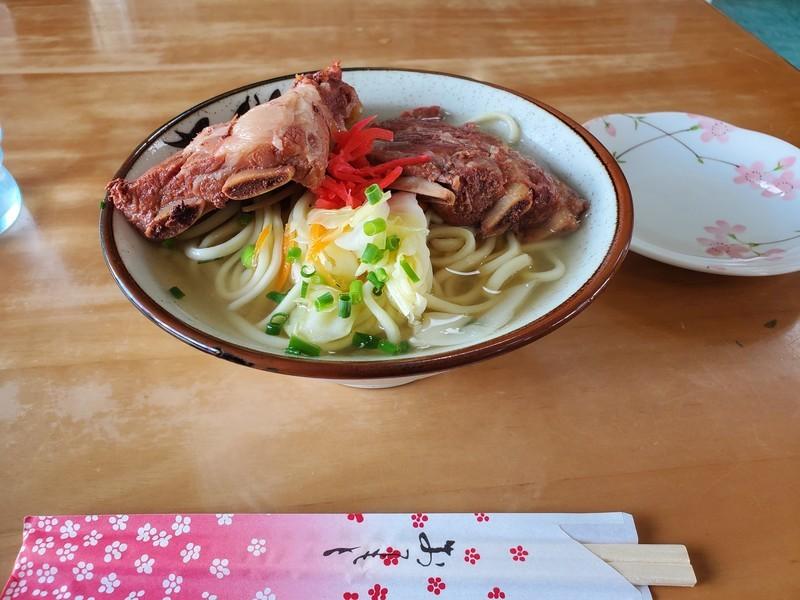 宮古島の丸吉食堂の「ソーキそば」はボリューム満点で絶妙な味加減!