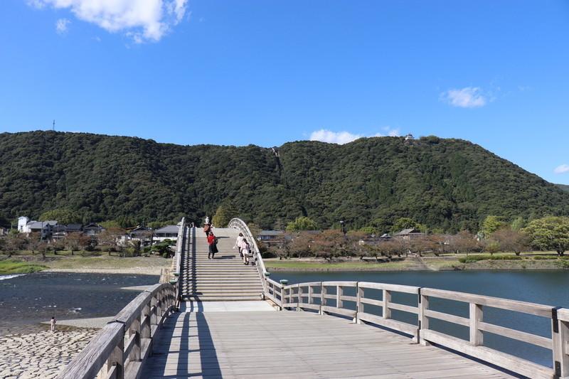 「錦帯橋」の橋の上に乗ると想像以上にでかいそして波打ってるのがわかる