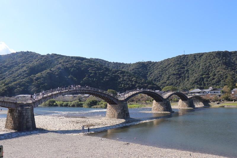 ④錦帯橋を川側の右から錦帯橋を撮る