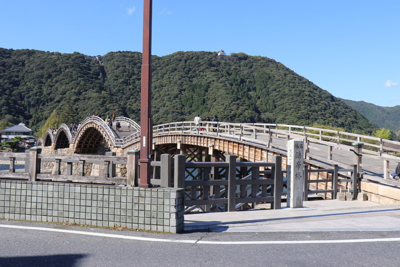 ②錦帯橋を川側の斜めから錦帯橋の石像を入れて撮る
