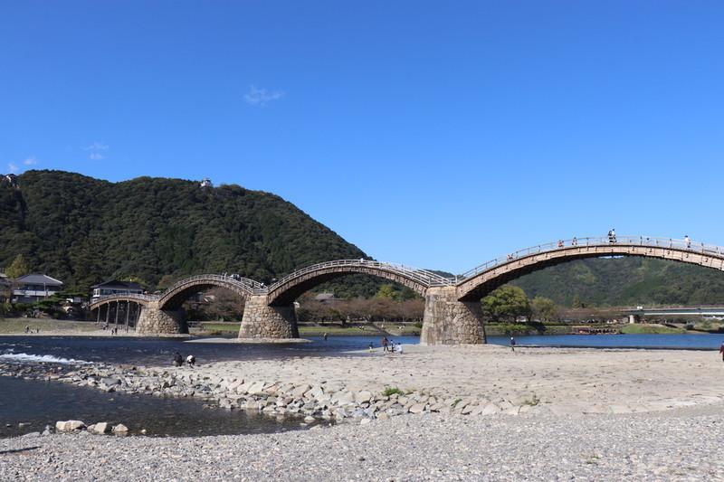 ①錦帯橋を川側の斜めから撮る
