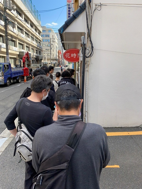 「中華そばくにまつ」開店前から並ぶ人気店 並んでいる列
