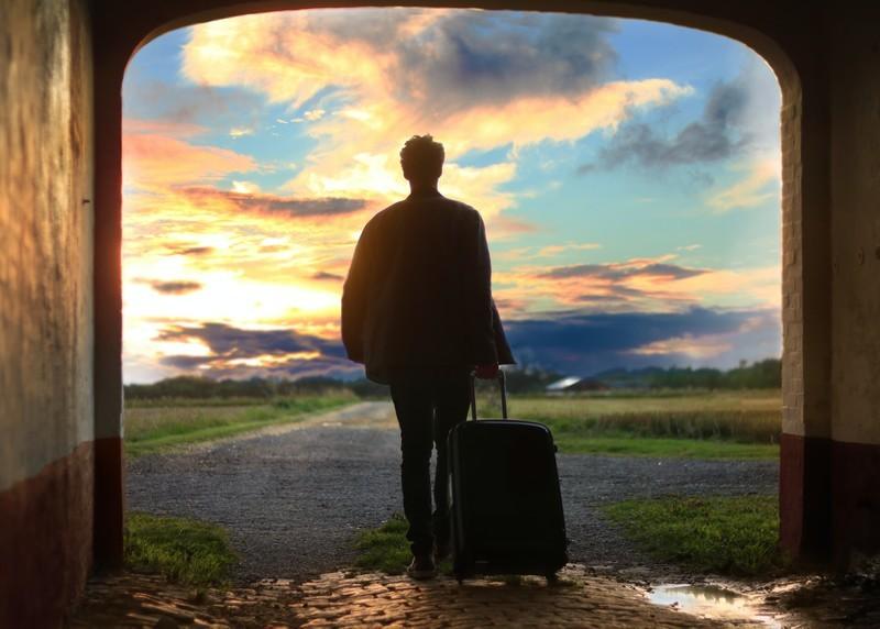 旅行へ出かける男性の姿