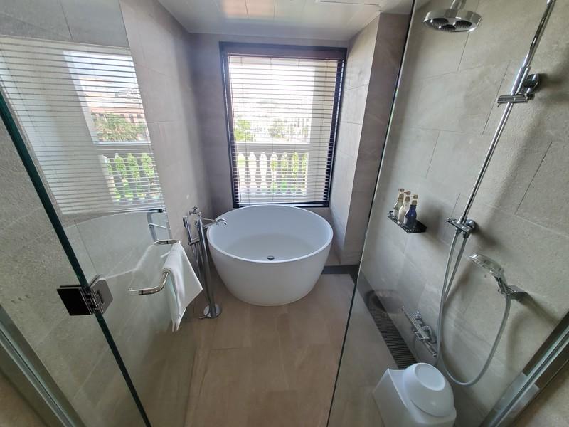 レクー沖縄北谷スパ&リゾート プレミア棟のデラックスプレミアムルームのバスルーム・トイレ