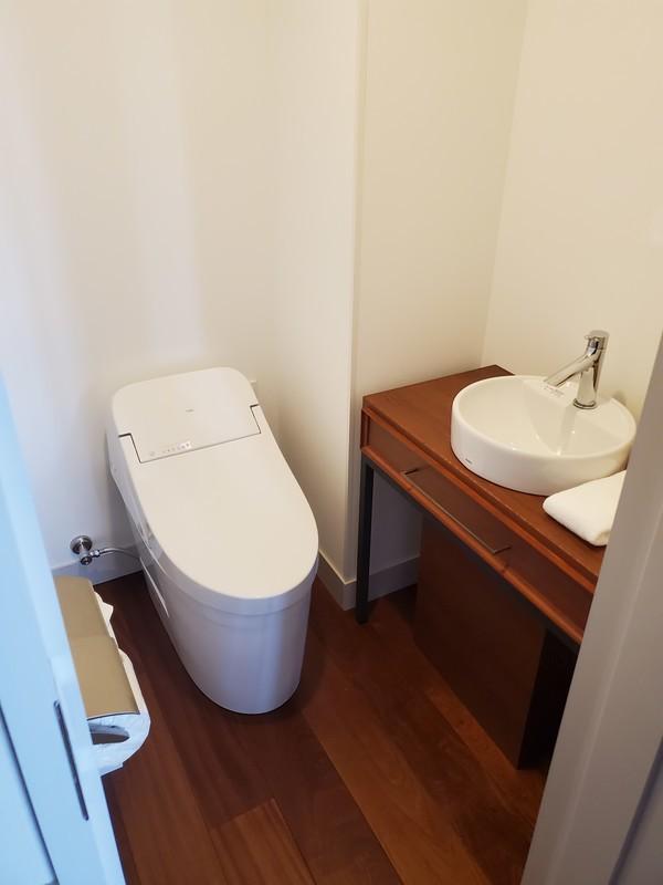 レクー沖縄北谷スパ&リゾート プレミア棟のデラックスプレミアムルームのトイレ