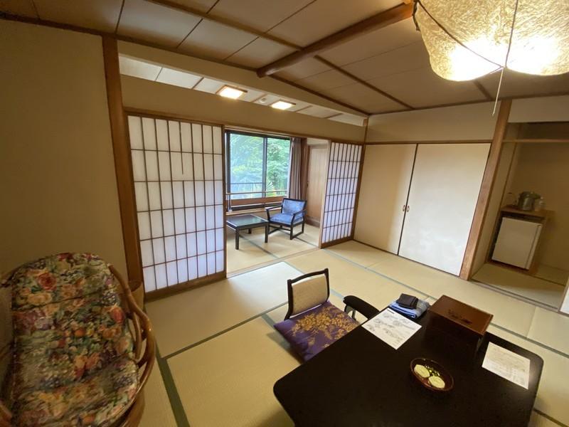 着物で彩られた全館畳敷きの宿 楽山やすだの檜温泉がある広縁付き和室(和室)の様子