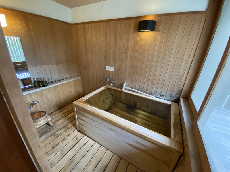 着物で彩られた全館畳敷きの宿 楽山やすだの檜温泉がある広縁付き和室(和室)のバスルーム・トイレ