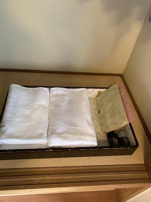 着物で彩られた全館畳敷きの宿 楽山やすだの檜温泉がある広縁付き和室(和室)のアメニティについて