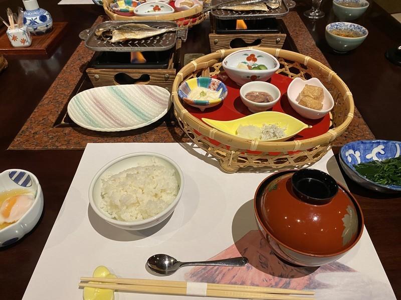 着物で彩られた全館畳敷きの宿 楽山やすだの檜温泉がある広縁付き和室(和室)の朝食について
