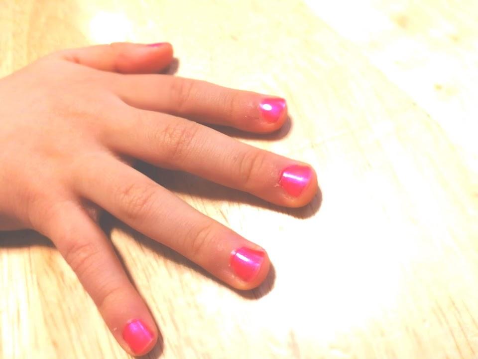娘がピンクのマニキュアをした手の画像