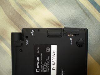 ストラップホール、miniUSB端子、microSDカードスロット
